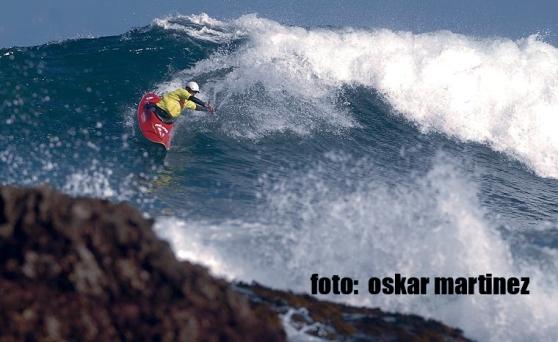 Edu surfeando la ola, kayak corto, Mundial de kayaksurf 2007