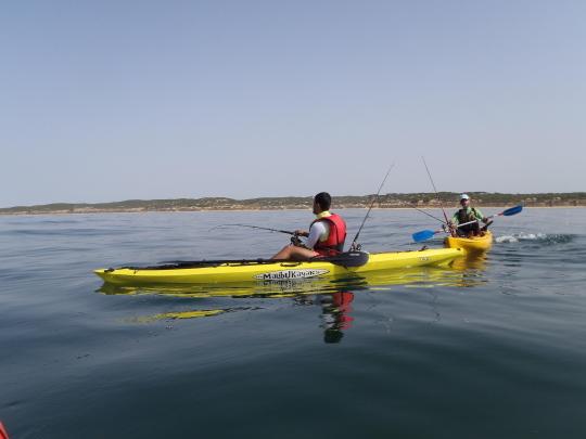 Ayudando a orientar el kayak para mantener el pez siempre por proa.